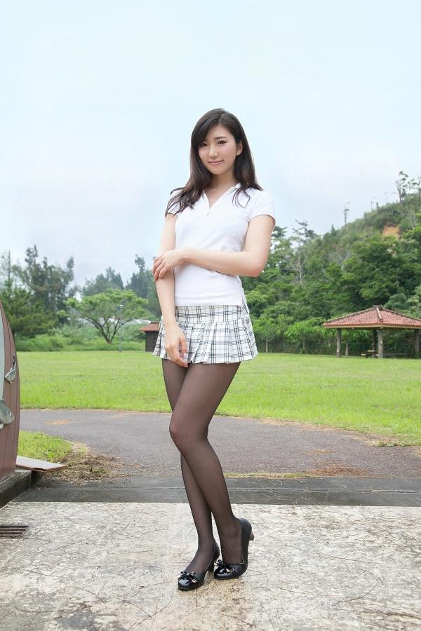 ミニスカート姿の松嶋えいみさん